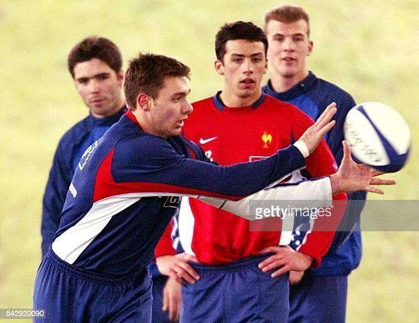 l'ailier de l'équipe de France de rugby Vincent Clerc capte le ballon sous les yeux de ses coéquipiers le demi de mêlée remplaçant Dimitri Yachvili...
