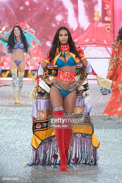 Lais Ribeiro walks the runway 2016 Victoria's Secret Fashion Show in Paris Show at Le Grand Palais on November 30 2016 in Paris France