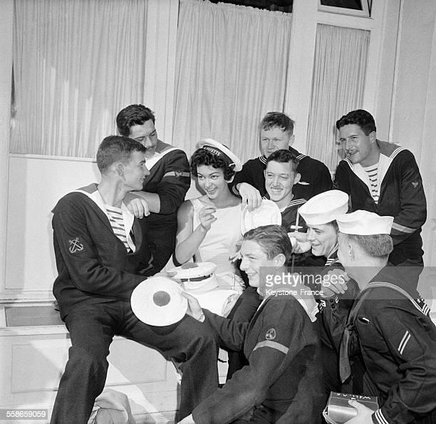 Lajeune Hundley est miss Festival 1960 entourée d'un groupe de marins au Festival International du Film de Cannes à Cannes France le 19 mai 1960