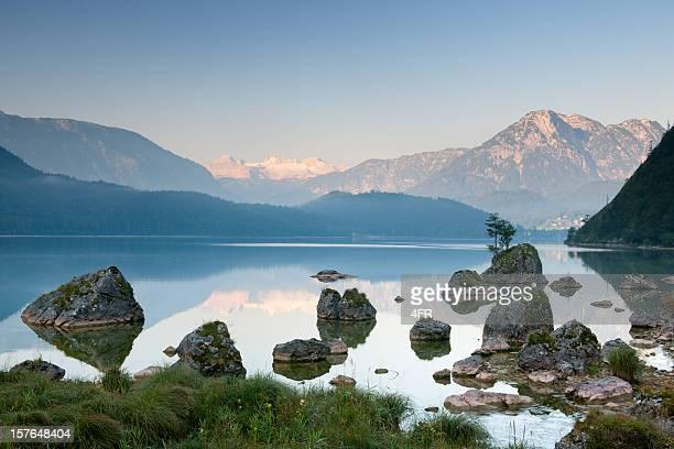 lake altaussee with glacier dachstein, austrian alps nature reserve panorama - nature reserve stockfoto's en -beelden