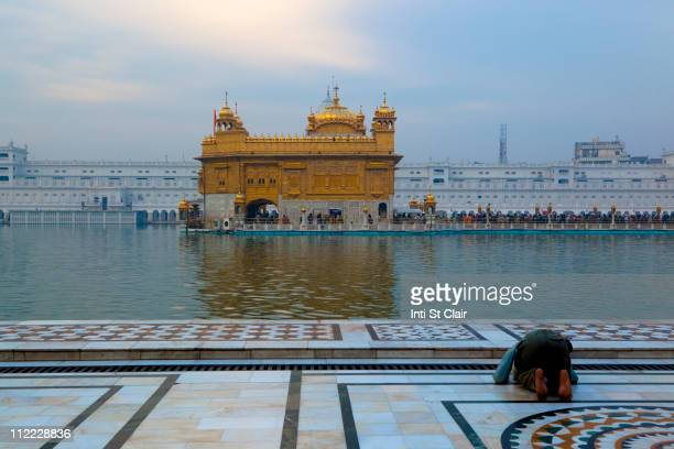 lake and golden temple - golden temple india stock pictures, royalty-free photos & images