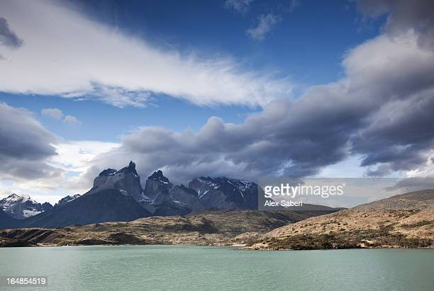 a lake and jagged peaks in torres del paine national park. - alex saberi 個照片及圖片檔