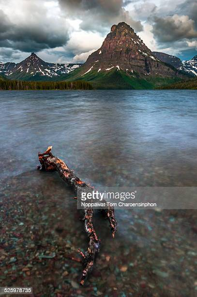 lake and mountain in glacier national park - lago two medicine montana - fotografias e filmes do acervo