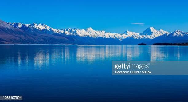 lake and mountain range with mount cook / aoraki - alpes do sul da nova zelândia - fotografias e filmes do acervo