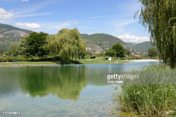 lake and natural swimming pool digne-les-bains - image photos et images de collection