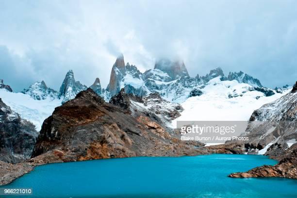 lake and snowy mountain, santa cruz, argentina - patagonische anden stock-fotos und bilder
