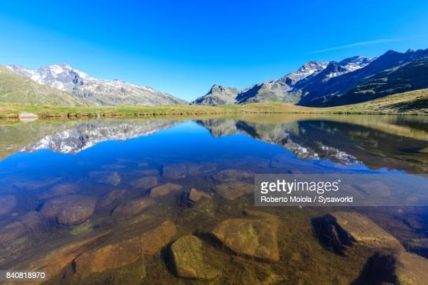 lake andossi, valtellina, italy - seeufer stock-fotos und bilder