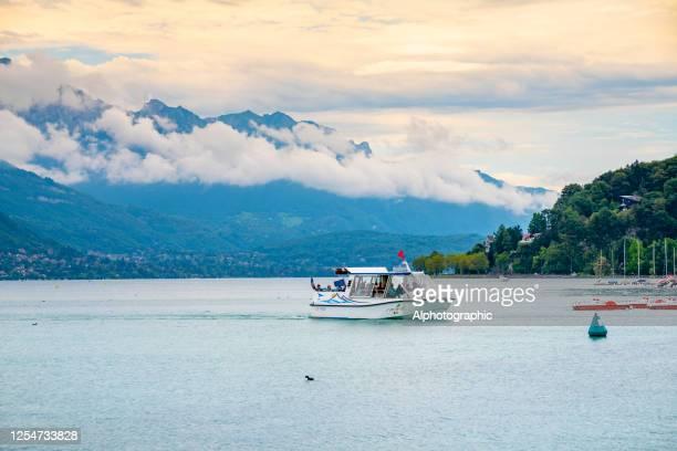 lac d'annecy, france - bateau de plaisance photos et images de collection