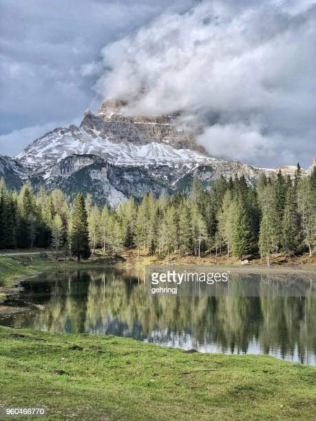 lake antorno in the dolomites at the tre cime - véneto imagens e fotografias de stock