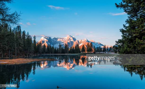 lake antorno in the dolomites, south tirol - dolomiti foto e immagini stock