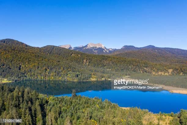 lake barmsee near kruen, berg bischof and krottenkopf in the estergebirge, werdenfelser land, drone shot, upper bavaria, bavaria, germany - krün stock-fotos und bilder