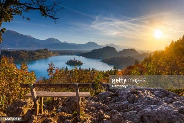 bledsjön och ön med kyrkan vid höstfärgen vid soluppgången - bledsjön bildbanksfoton och bilder