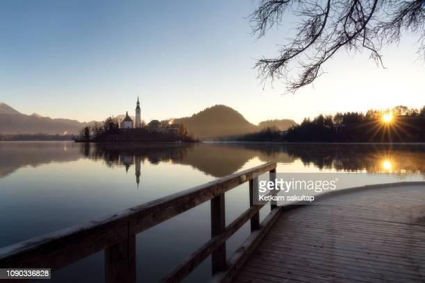 lake bled at sunrise, slovenia. - bledsjön bildbanksfoton och bilder
