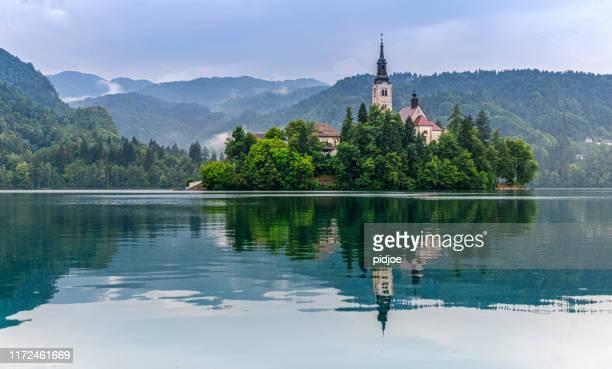 lac bled avec l'église de santa maria - slovénie photos et images de collection