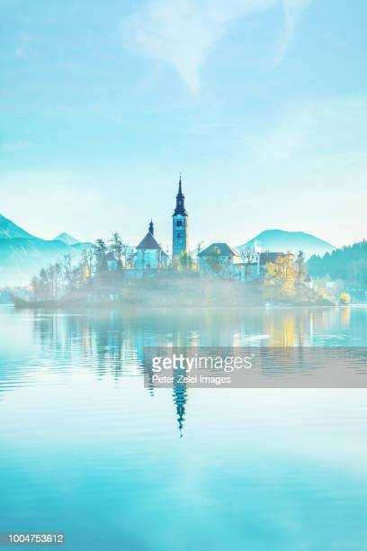 lake bled with the church dedicated to the assumption of mary, slovenia - eslovenia fotografías e imágenes de stock