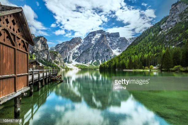 lake braies / pragsersee in south tirol - parco nazionale foto e immagini stock