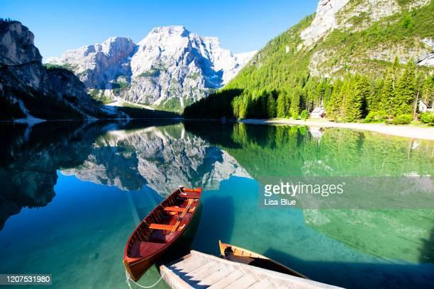 lake braies, south tyrol, alto adige, italy - alto adige imagens e fotografias de stock