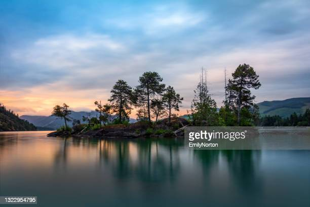 de zonsondergang van cowichan van het meer - meeroever stockfoto's en -beelden