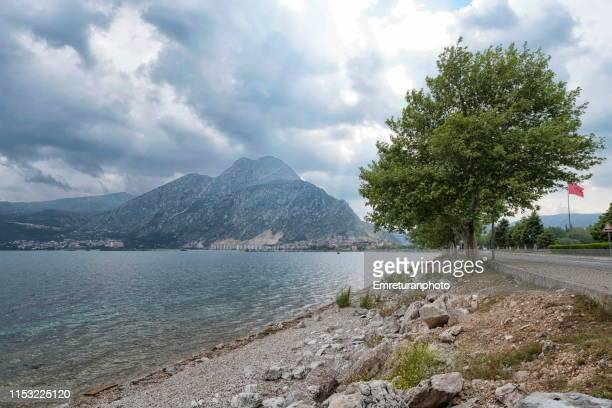lake egirdir shores on a rainy day,i̇sparta province. - emreturanphoto stock-fotos und bilder