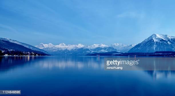 meer van genève in de nacht, zwitserland - meer van genève stockfoto's en -beelden