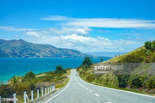 mirídeo do lago hawea na estrada makarora-lake hawea em otago, nova zelândia - lago wanaka - fotografias e filmes do acervo