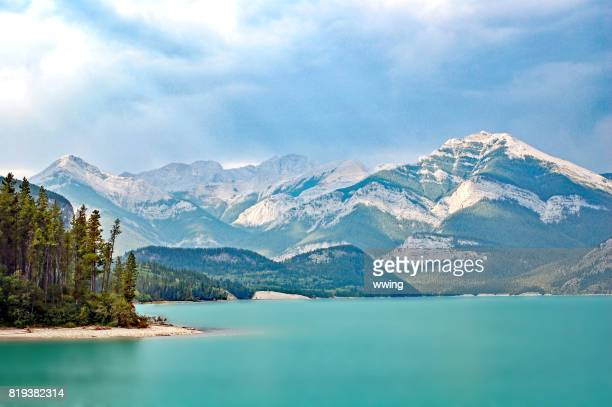 lake in alberta's kananaskis county in summer - kananaskis country stock pictures, royalty-free photos & images