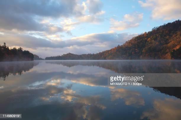 lake in autumn - miyamoto y ストックフォトと画像