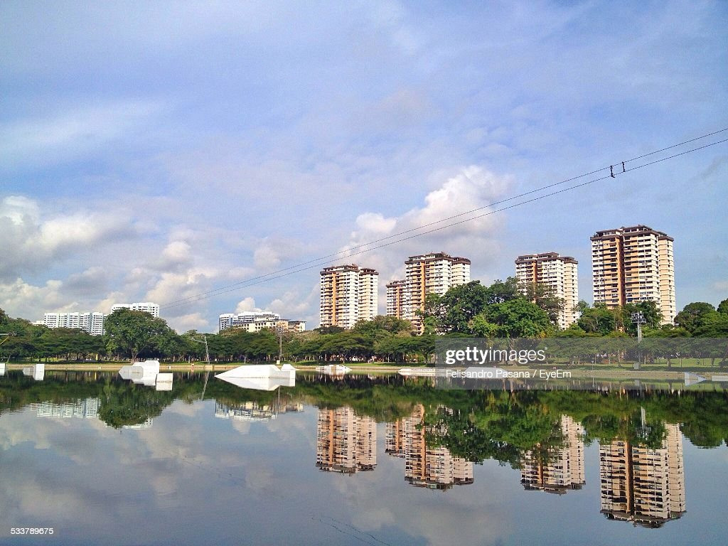 Lake In Front Of Building Against Sky : Foto stock