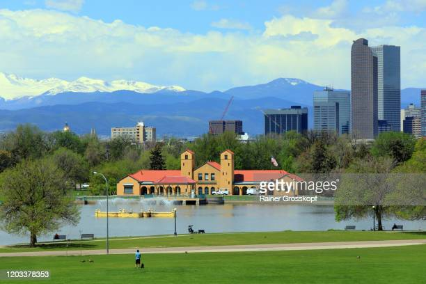 lake in front of city skyline with mountains in the background - rainer grosskopf imagens e fotografias de stock