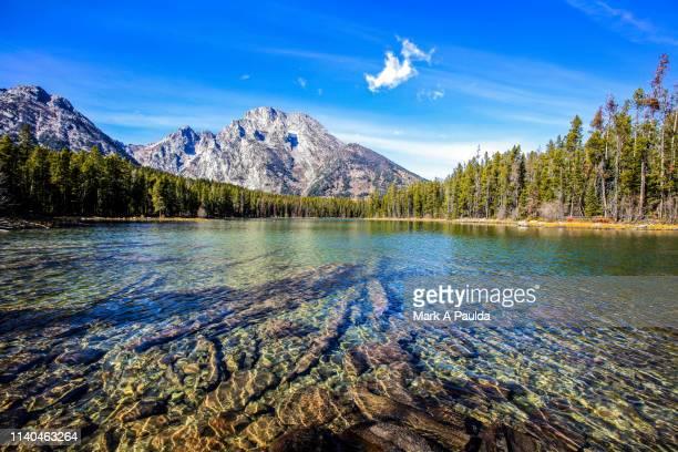 lake in front of grand teton mountain - グランドティトン国立公園 ストックフォトと画像