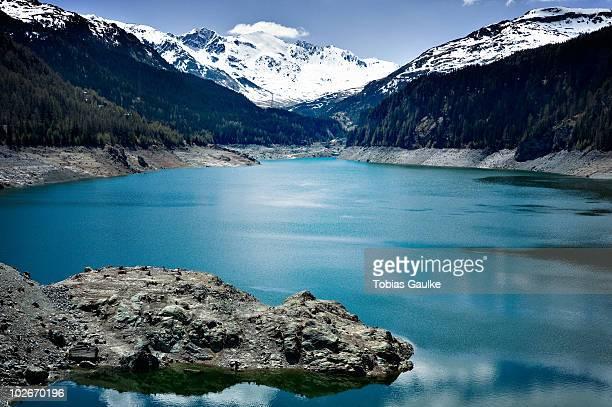 lake in the swiss alps and snow - tobias gaulke stock-fotos und bilder