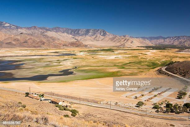 lake isabella near bakersfield, east of california's central valley is at less than 13% capacity following the four year long devastating drought. the reservoir has dropped so low, that the water level is below the outflow pipe. - pantano agua estancada fotografías e imágenes de stock