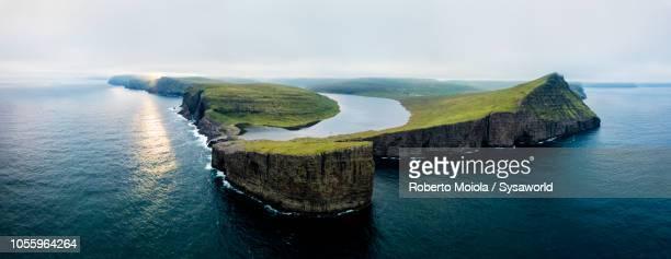 lake leitisvatn (sorvagsvatn), faroe islands - ilhas faeroe - fotografias e filmes do acervo