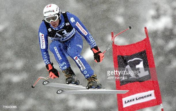 Bruno Kernen of Switzerland passes a gate 24 November 2006 during the final training run for the first men's downhill race of the season in Lake...