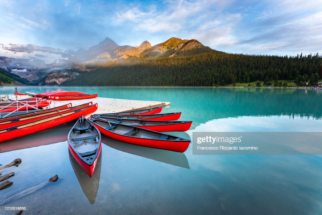 Lake Louise, canoe and kayak on calm water at sunrise. Banff, Canadian Rockies, Canada : Foto stock