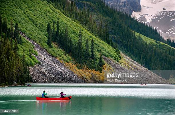 lake louise canoers - lake louise stock pictures, royalty-free photos & images