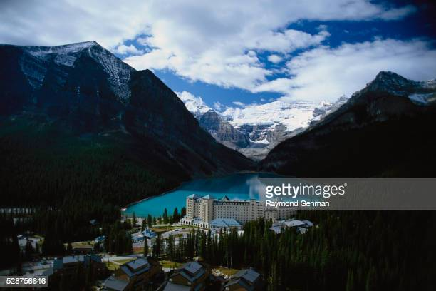 lake louise chateau and peaks - chateau lake louise - fotografias e filmes do acervo