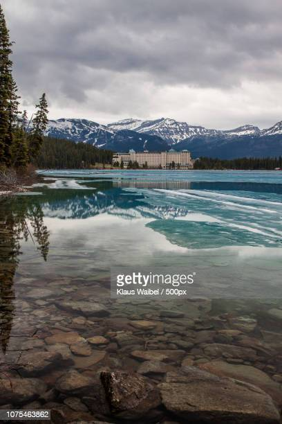 lake louise - fairmont chateau - chateau lake louise stock photos and pictures
