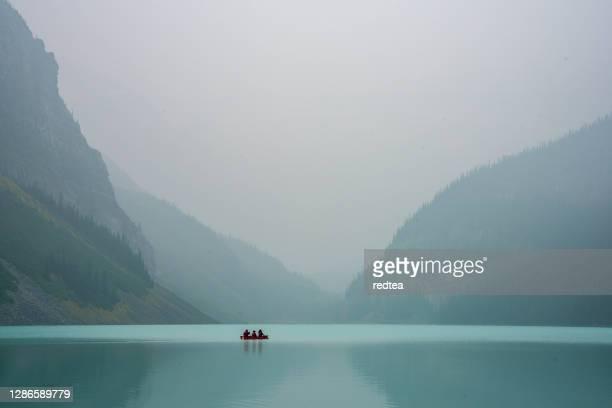 lake louise nel parco nazionale di banff, canada - area selvatica foto e immagini stock