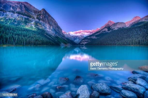 lake louise sunrise - lake louise lake stock photos and pictures