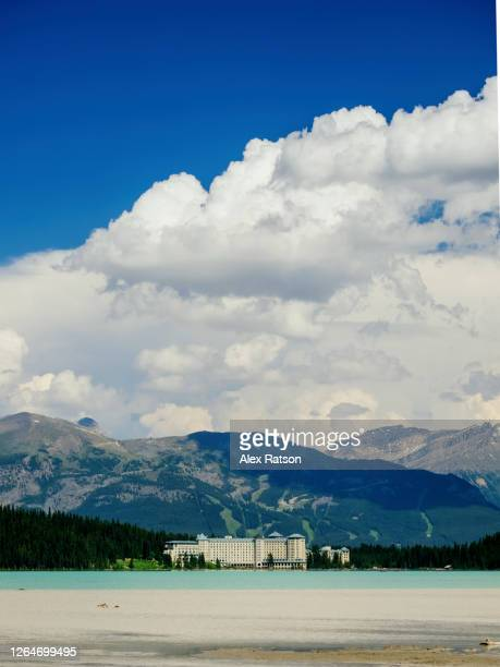 lake louise with the fairmont chateau lake louise in the background - chateau lake louise stock pictures, royalty-free photos & images