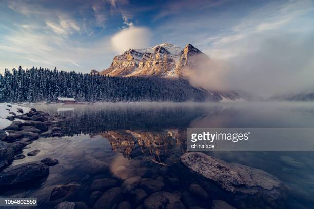 lake louise, winters aanblik - canadian rockies stockfoto's en -beelden