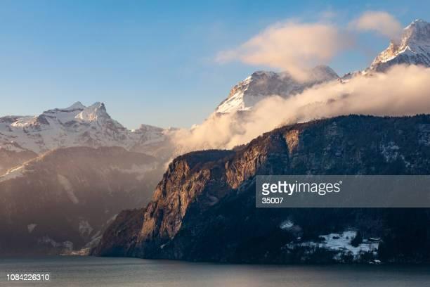 vierwaldstättersee, kanton uri, schweiz - dramatische landschaft stock-fotos und bilder