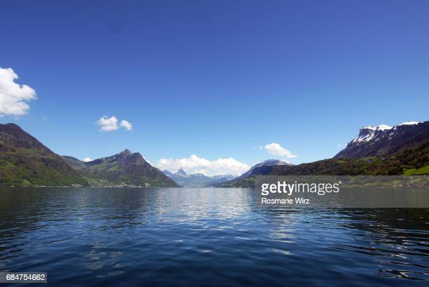 lake lucerne: view on mountain range with snow-capped peaks. - ルツェルン ストックフォトと画像