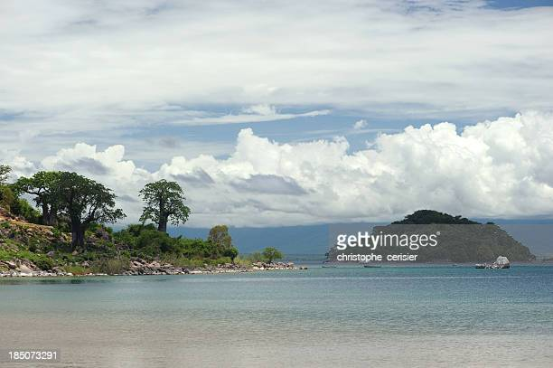 See Lake Malawi und Affenbrotbäumen gesäumt