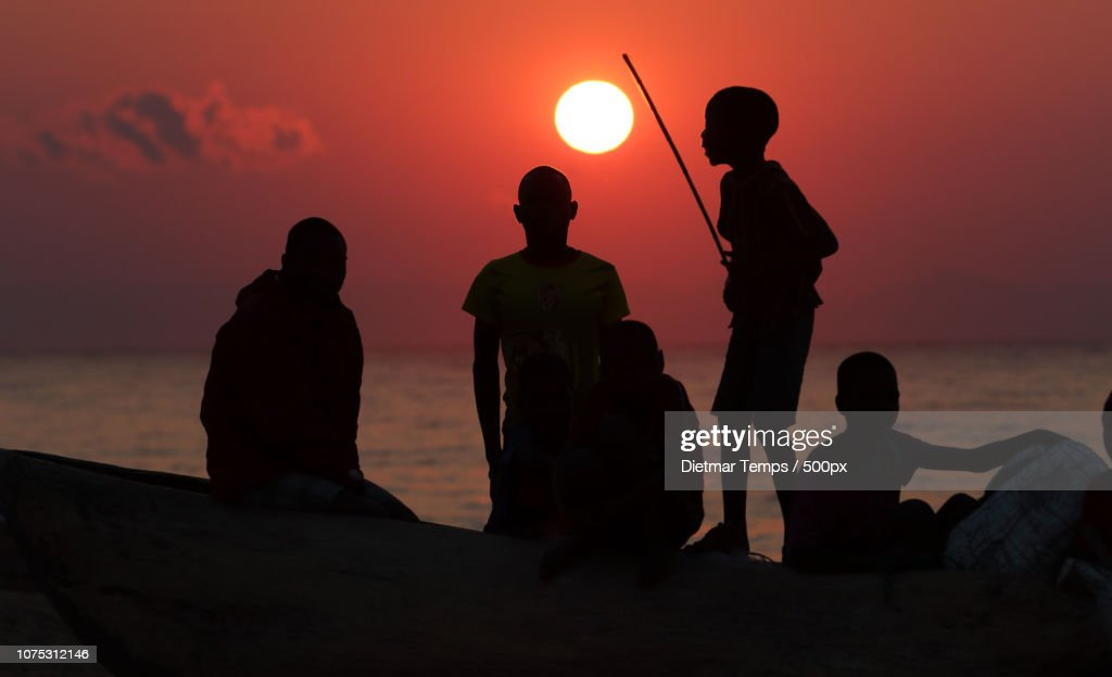 Lake Malawi, kids and fishermen : Stock-Foto