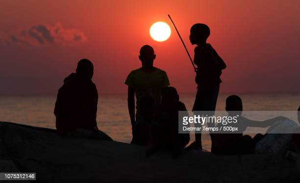 lake malawi, kids and fishermen - dietmar temps - fotografias e filmes do acervo