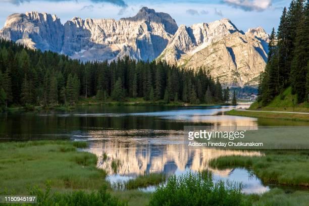 lake misurina,dolomites in summer - トレチーメディラバレード ストックフォトと画像