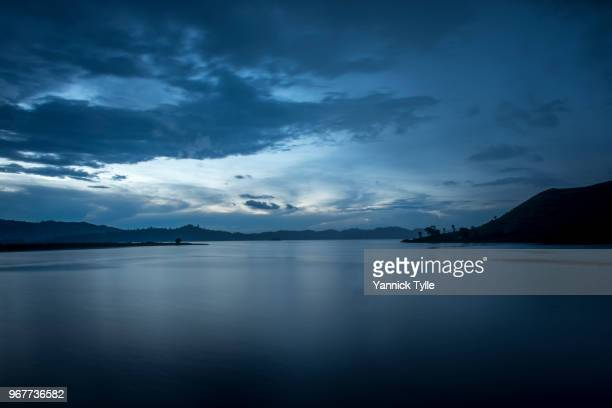 lake mutanda at dusk - crépuscule photos et images de collection