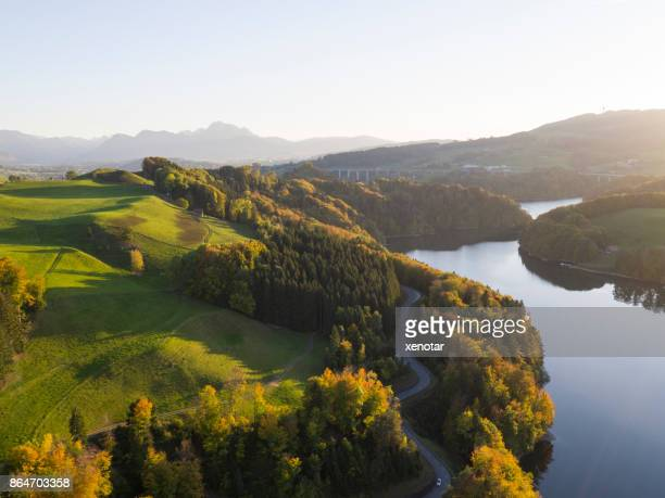 グリュイ エール湖の黄金の秋 - フリブール州 ストックフォトと画像